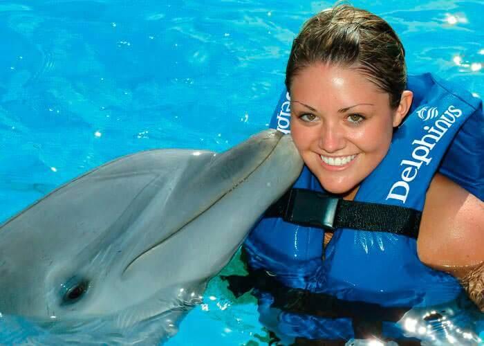 nado-con-delfines-xelha-beso