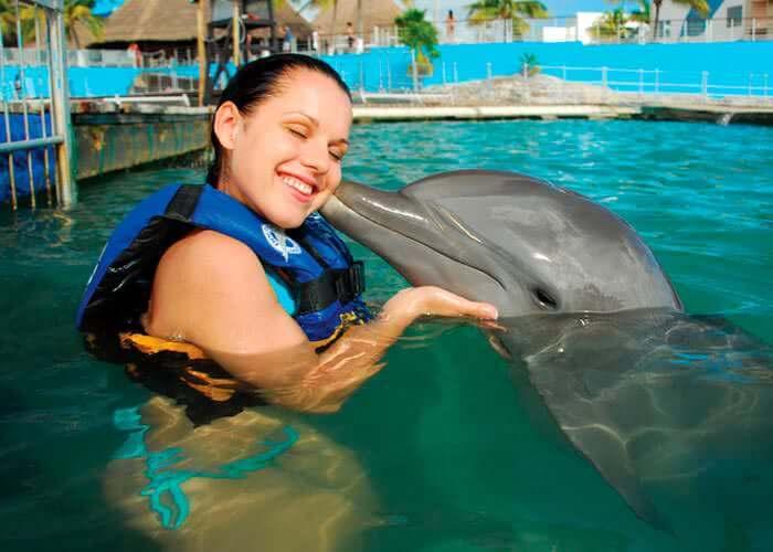 nado-con-delfines-en-islamujeres-beso