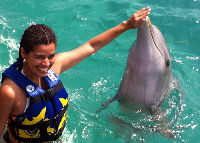 nado-con-delfines-en-islamujeres-hand-target