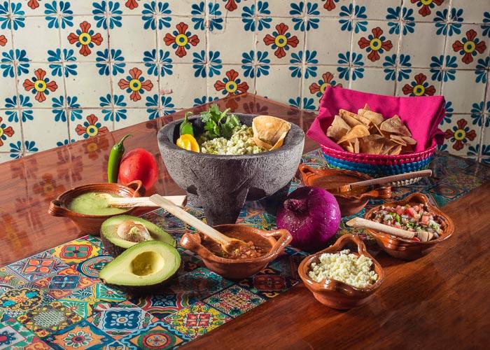 Mesa servida con alimentos muy mexicanos