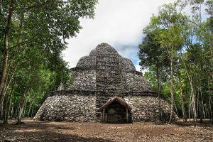 Piramide en la zona de Cobá