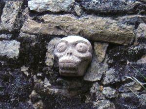 piedra tallada con forma de calavera maya en Cobá