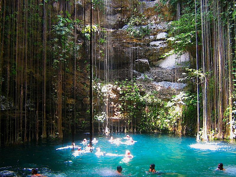 turistas nadando en cenote Ik Kill