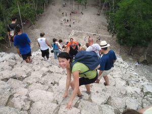 Turistas subiendo la piramide de Cobá