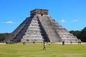 Piramide de Chichen itza en un día soleado