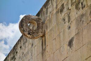 Aros de piedra para el juego de pelota maya