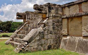 Figuras de piedra con forma de serpiente en Chichen Itzá