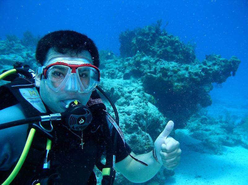 buzo disfrutando posando para la foto subacuatica en Cozumel