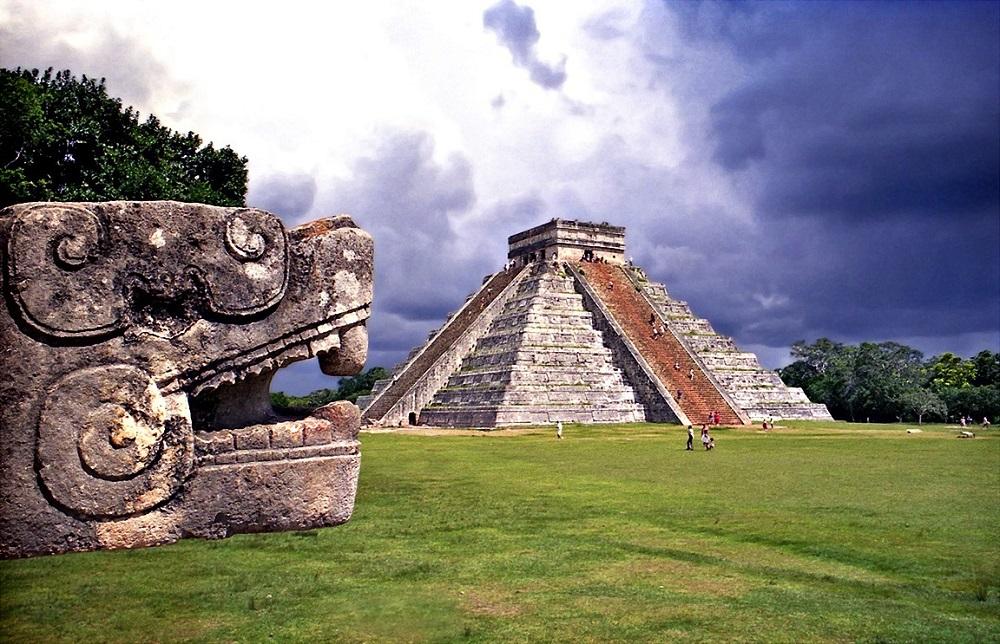 Serpiente de piedra labrada en Chichén Itzá