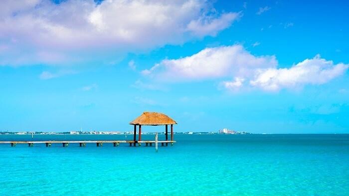 Muelle rústico de madera en playa de Cancún