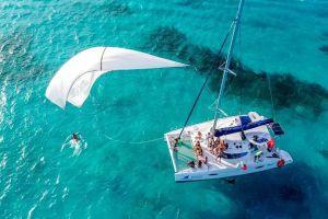 Vista superior de una catamarán en las aguas de Cancún