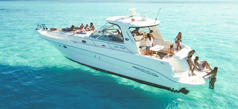 Ya te de lujo flotando en las aguas cristalinas de Cancún e Isla Mujeres con mujeres jovenes en bikini