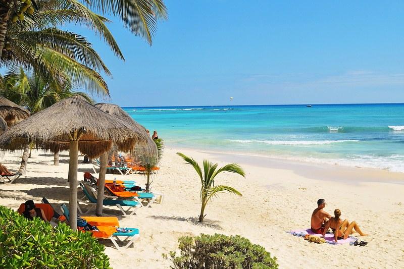 Playa de cancún con clima cálido y arena blanca
