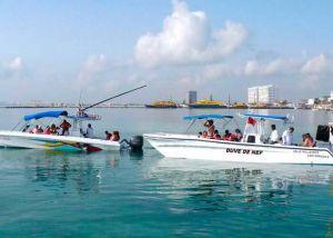 lanchas que llevan turistas a hacer snorkel