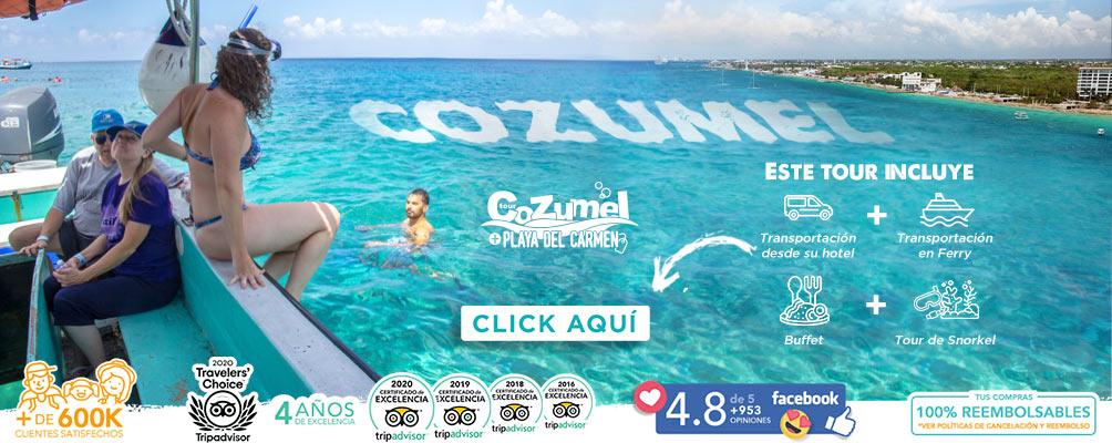 Turista rubia al borde de una lancha a punto de lanzarse al marc turquesa de Cozumel para hacer snorkel