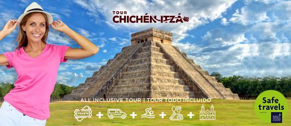 Turista rubia contenta de visitar Chichén Itzá